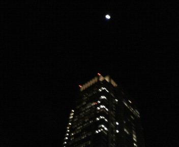 丸の内のお月さま。