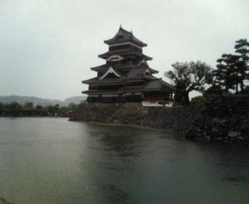 雨の松本城